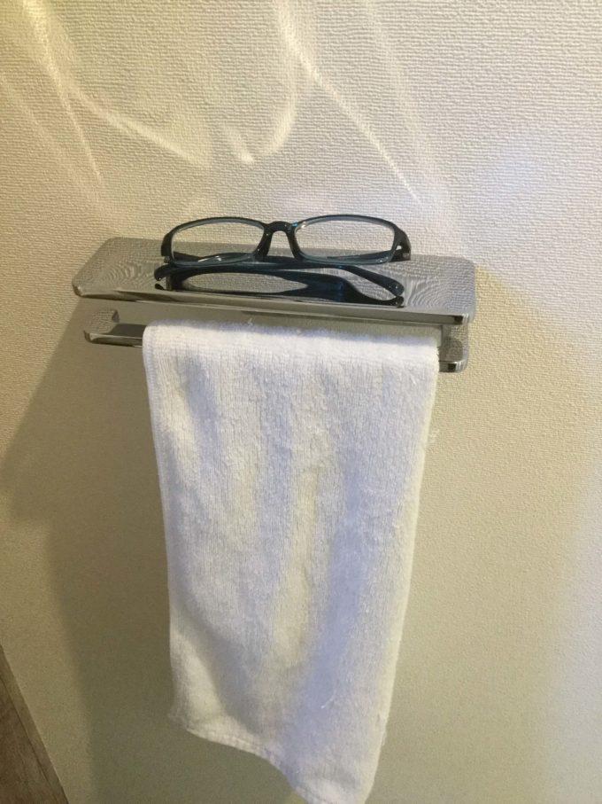 タオルリングとメガネ