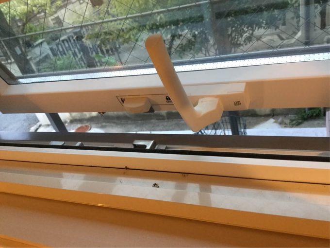 すべり出し窓 網戸落下防止ビス